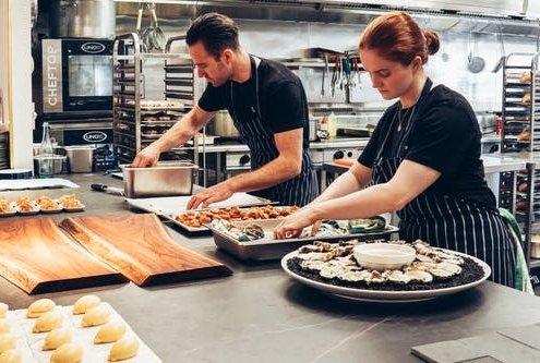 Två personer som arbetar i restaurangköket | Panea